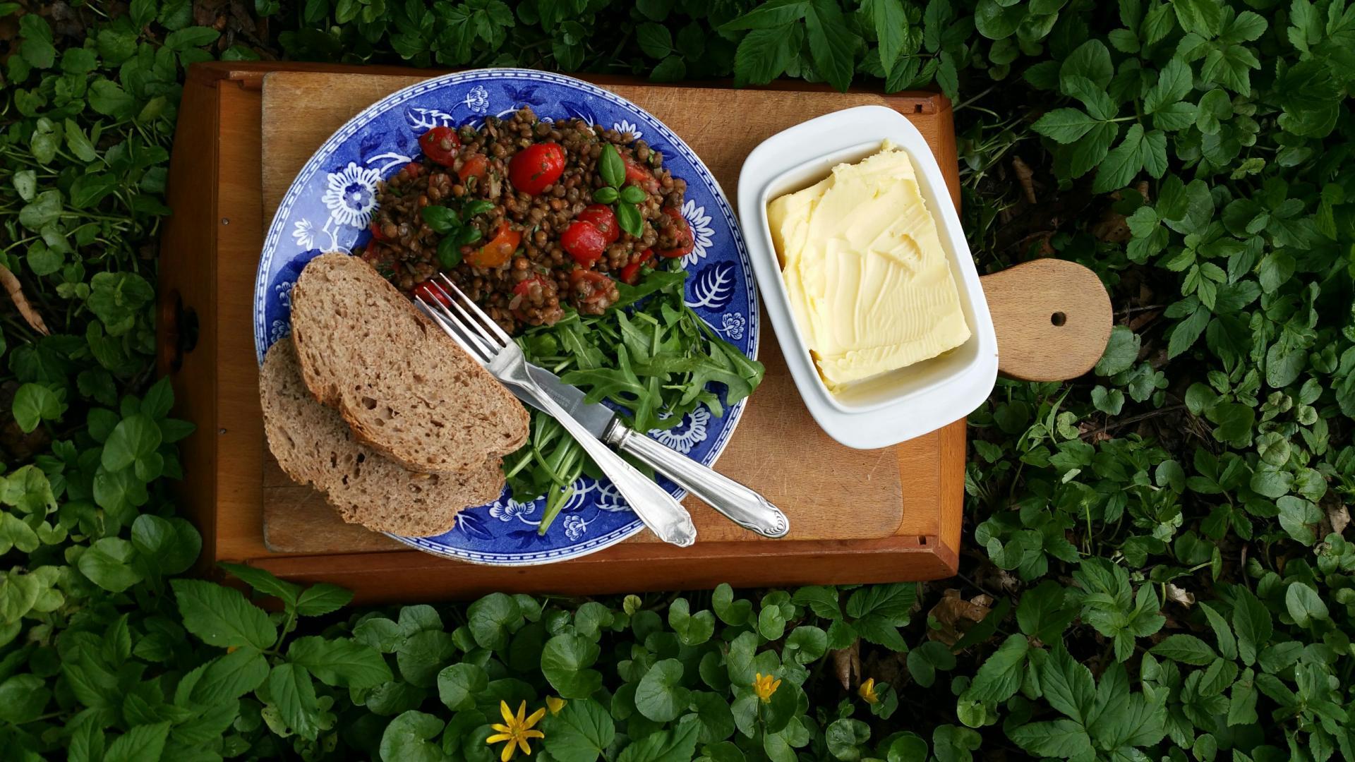 Uitgelichte foto voor het bericht Warme linzensalade met tomaat en rucola