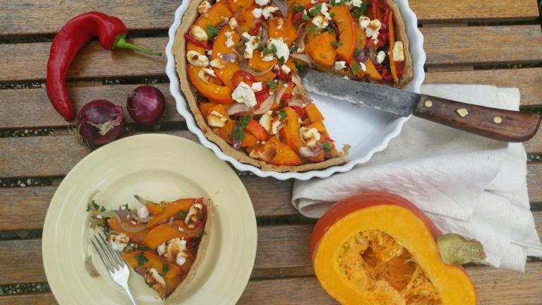 Thumbnail voor het recept: Geroosterde pompoen-paprikaquiche met geitenkaas