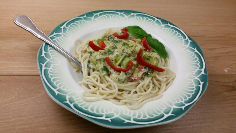 Thumbnail voor het recept: Pasta met pesto-prei en paprika