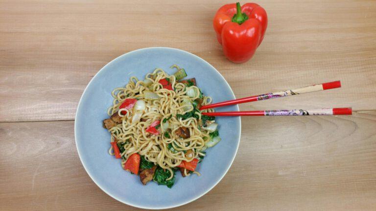 Thumbnail voor het recept: Snelle paksoi met mie, tofu en paprika