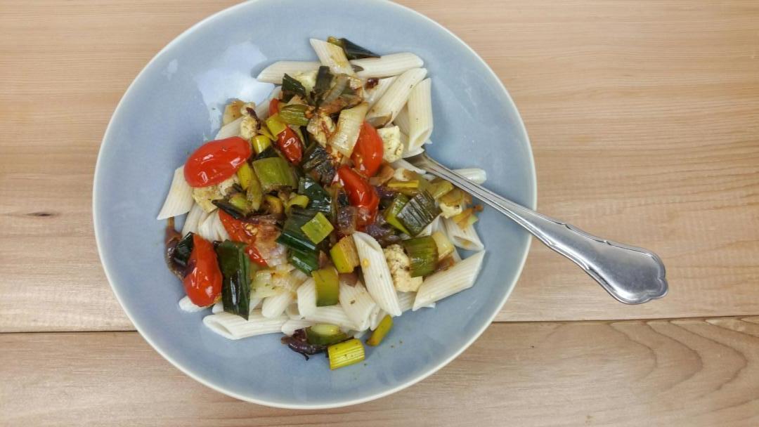 Uitgelichte foto voor het bericht Snelle schotel met ui, prei en tomaat