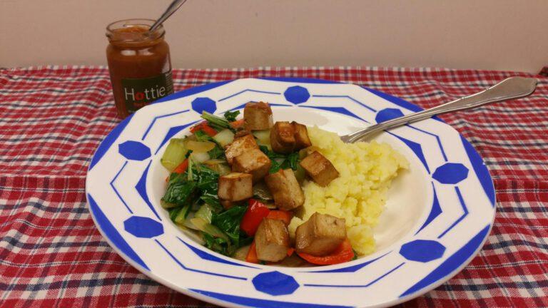 Thumbnail voor het recept: Gewokte paksoi met tofu en paprika en hottiesaus