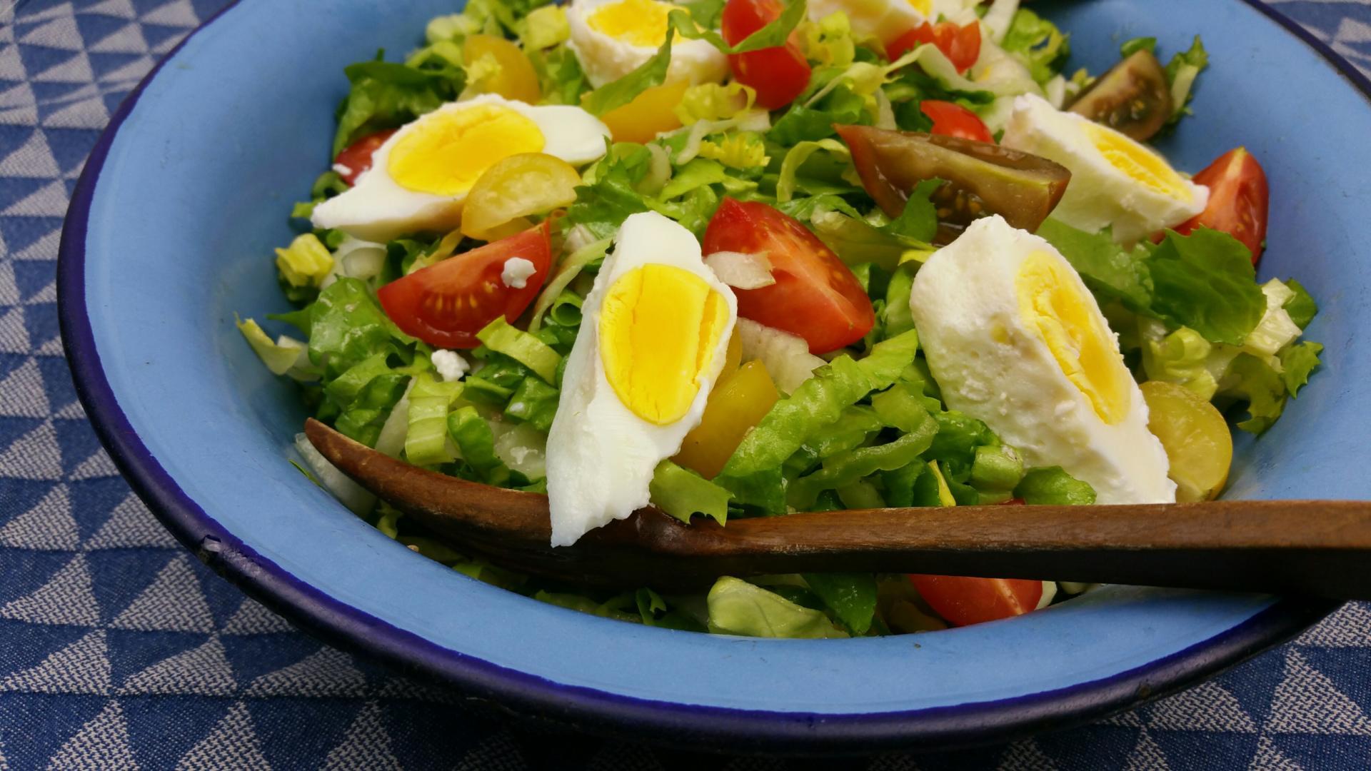 Uitgelichte foto voor het bericht Andijviesalade met ansjovis, tomaat en ei