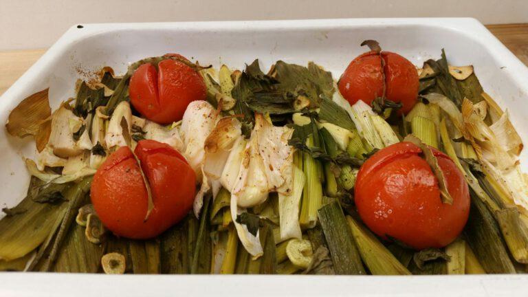 Thumbnail voor het recept: Geroosterde prei met tomaat en basilicum
