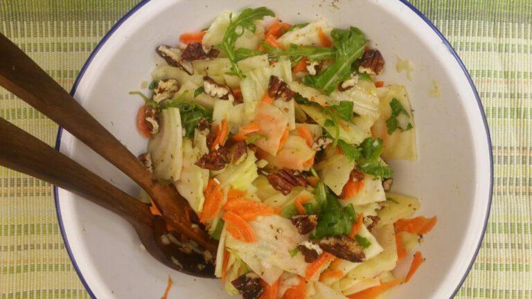 Thumbnail voor het recept: Koolrabi salade met wortel en pecannoten