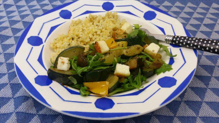 Thumbnail voor het recept: Courgette, paprika, rucola en haloumi