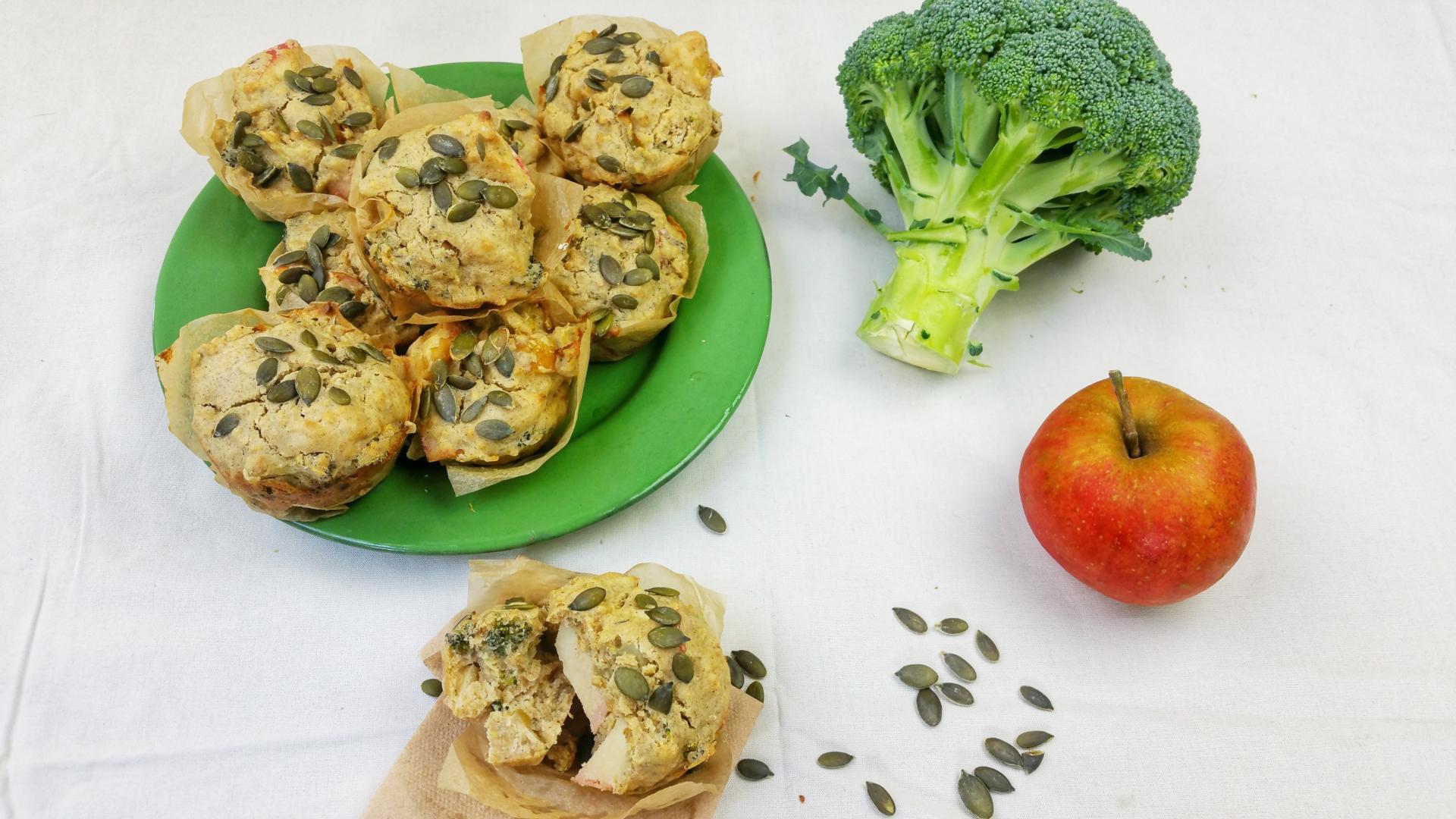 muffins met apel en broccoli en pompoenpitjes bovenop