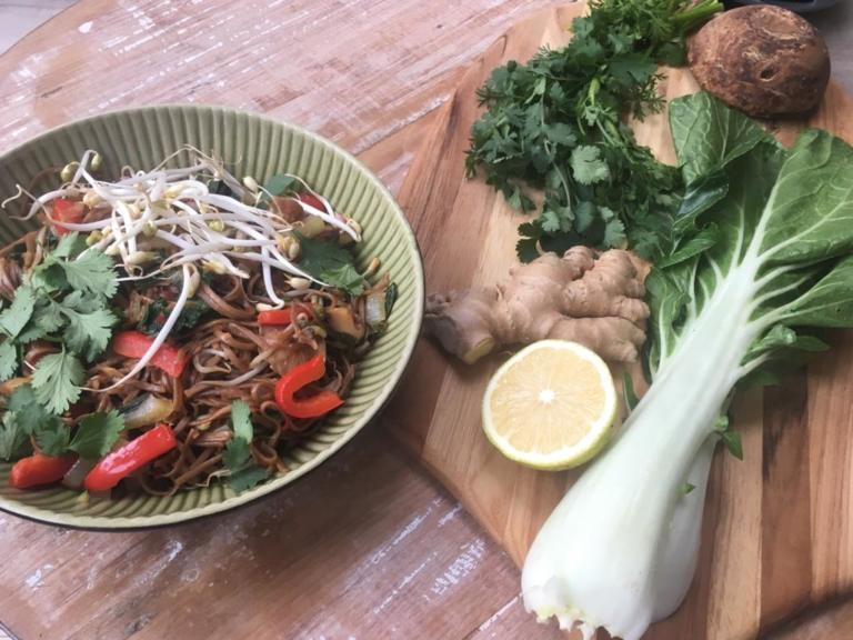 Thumbnail voor het recept: Pad Thai met paksoi, paprika en shiitake