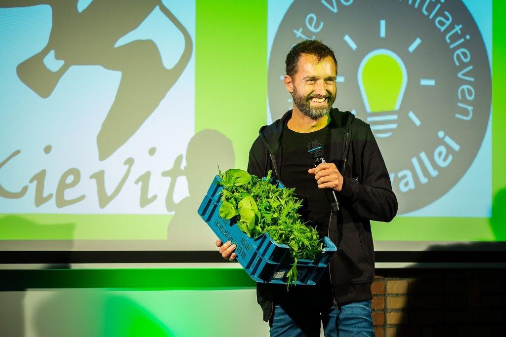 Sebastiaan presenteert eerste kistje sla tijdens uitreiking Duurzaamheidsprijs