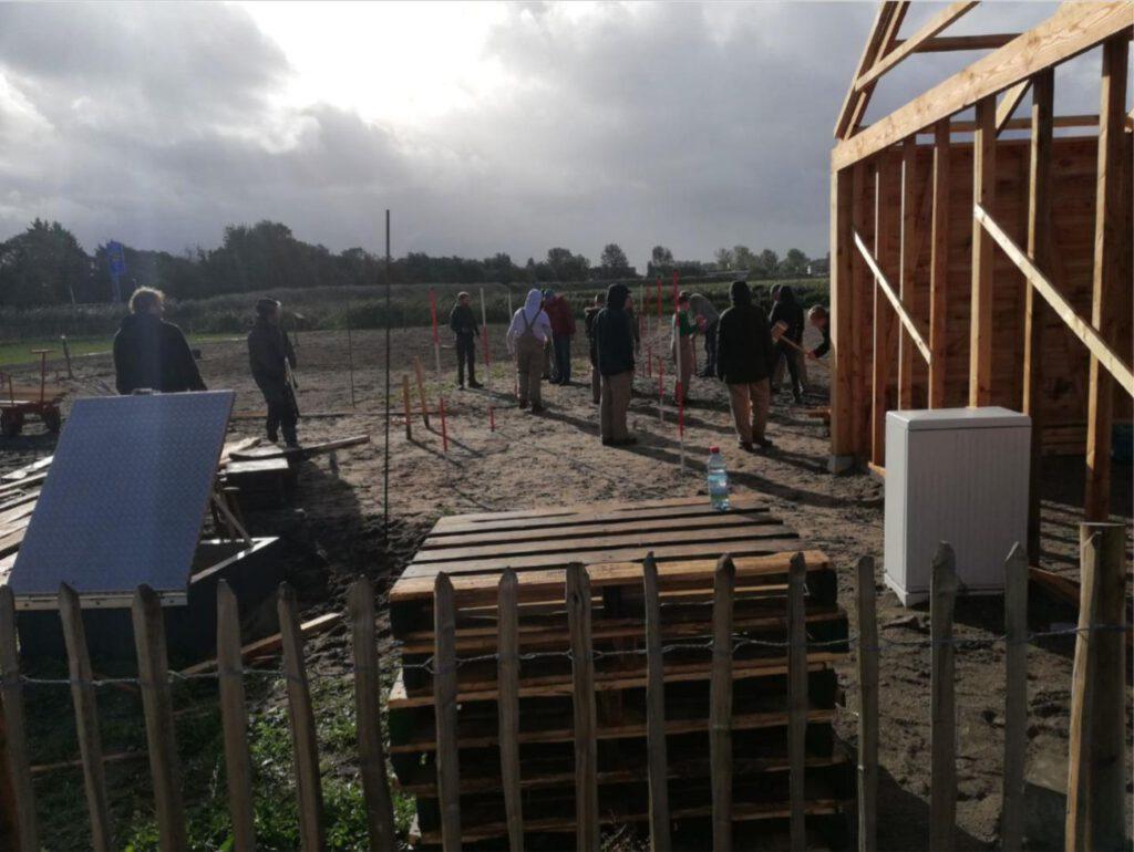 In lesblokken van 2 uur, komen docenten Houwaard, en Krabbendam met variërend 10 a 20 leerlingen werken aan het uitzetten, graven en timmeren van de plekken van de poeren.