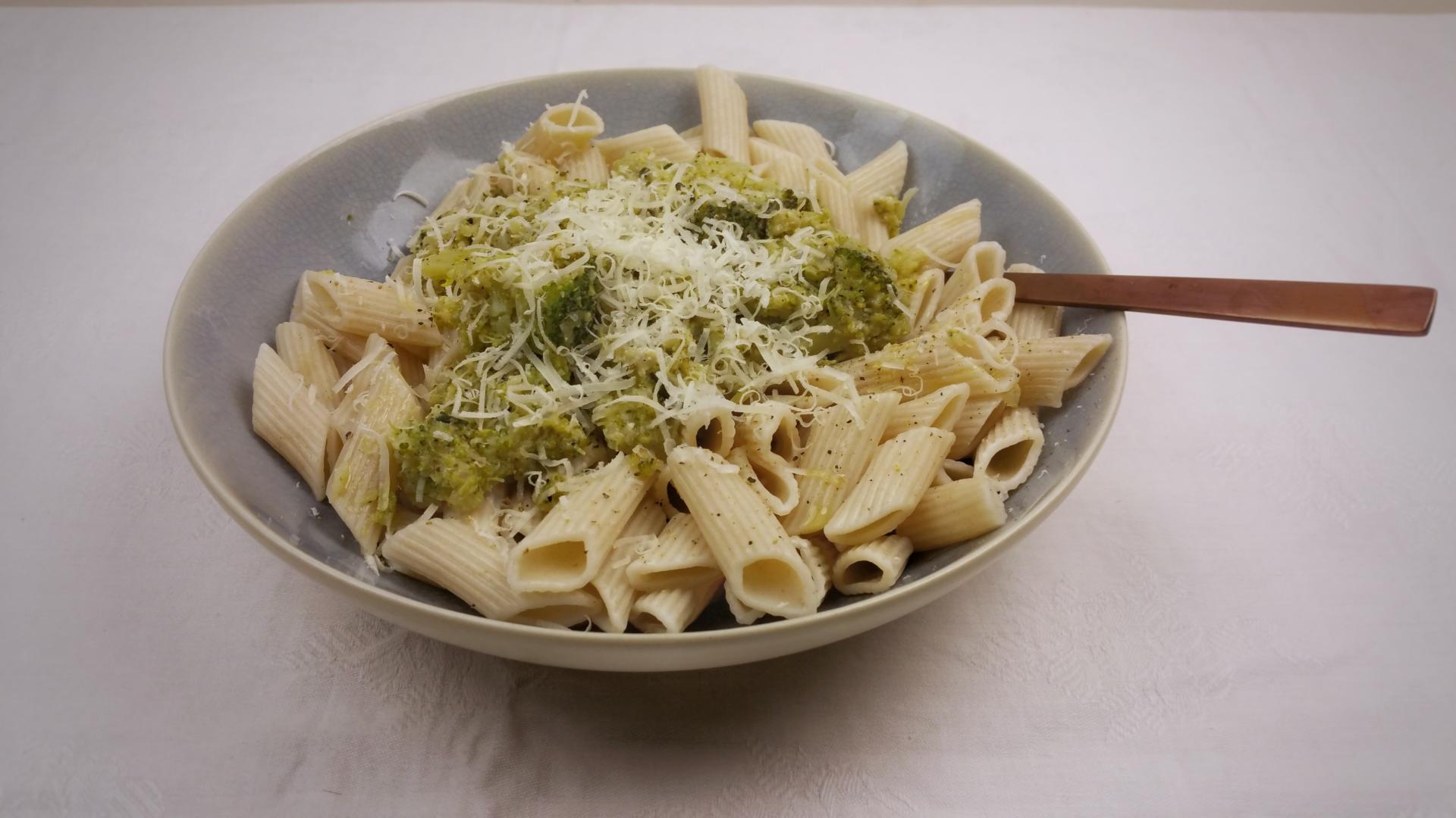 Uitgelichte foto voor het bericht Snelle pasta met broccolisaus