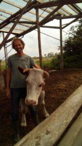 Lachende Bram met koe