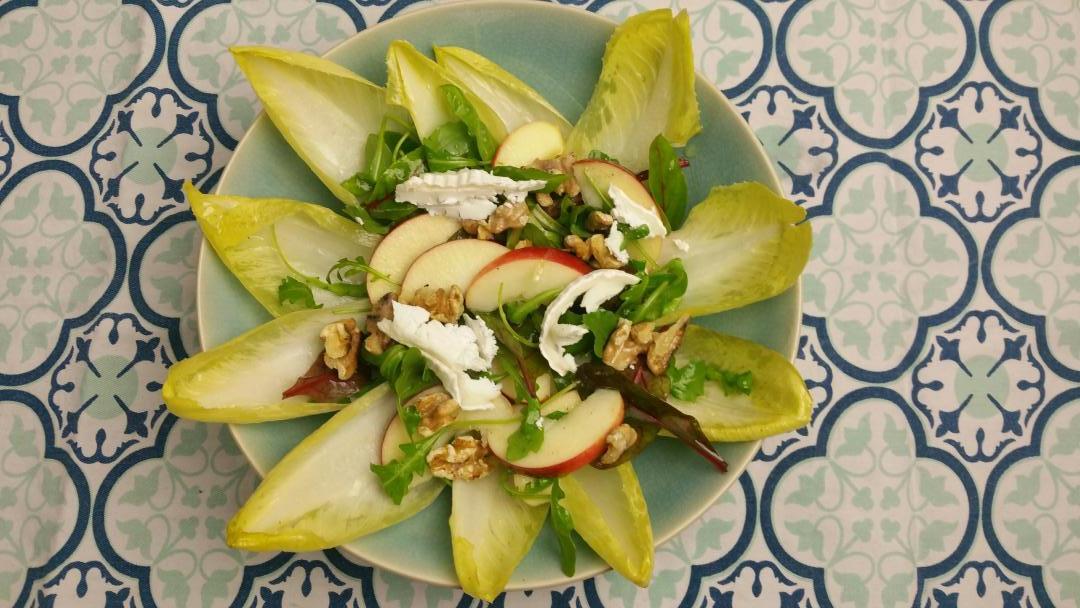 Uitgelichte foto voor het bericht Witlofsalade met appel, noten en kaas
