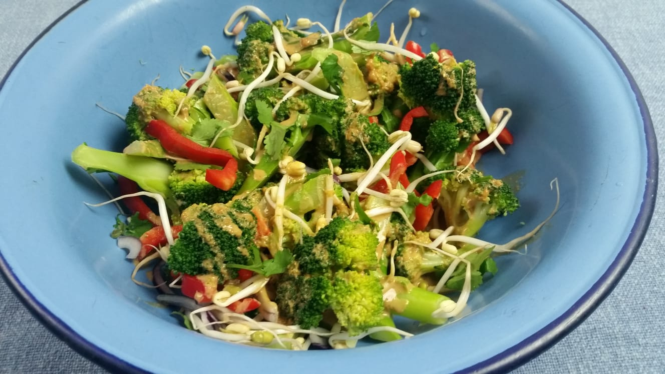 broccoli salade met taugé en pinda dressing