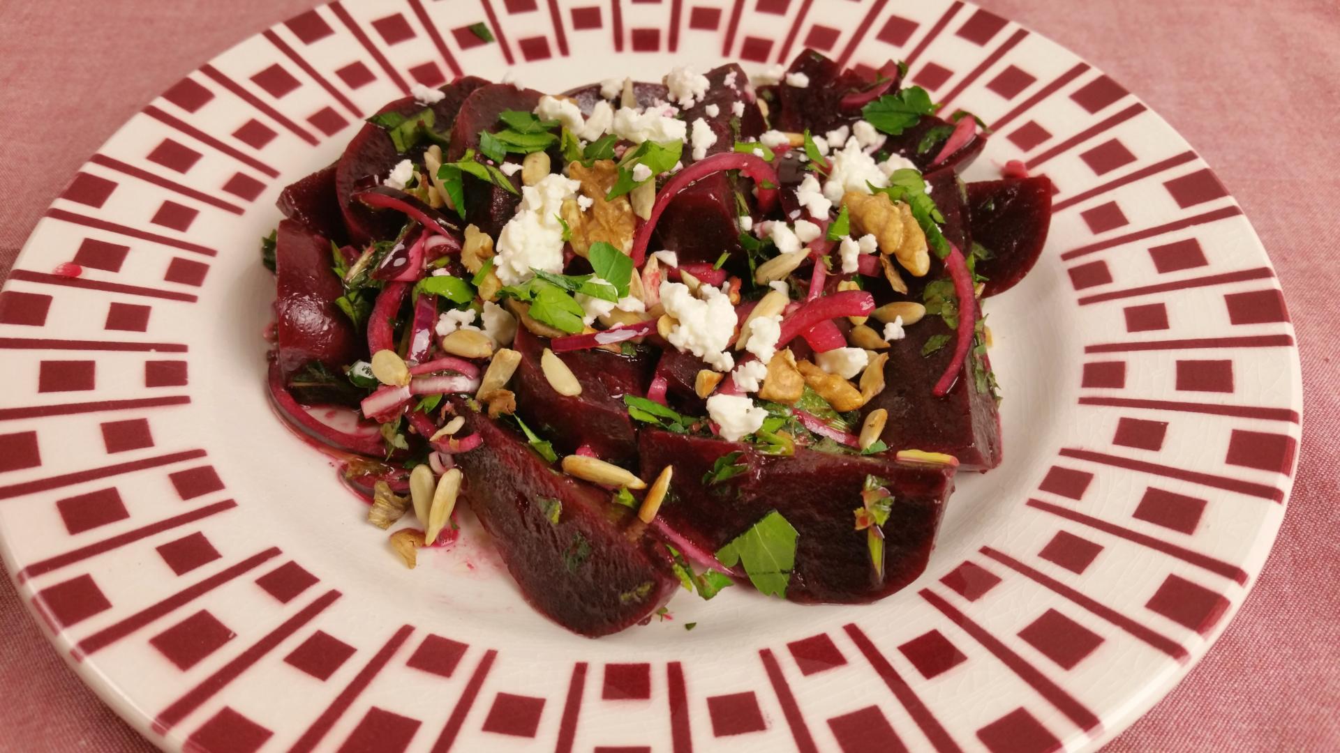 Uitgelichte foto voor het bericht Salade van bietjes, feta, kruiden en walnoot