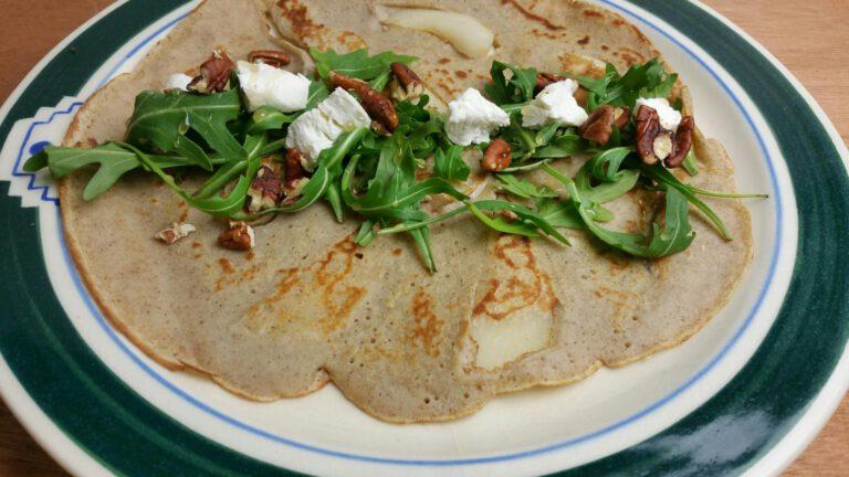 Thumbnail voor het recept: Hartige pannenkoeken met peer, rucola en geitenkaas