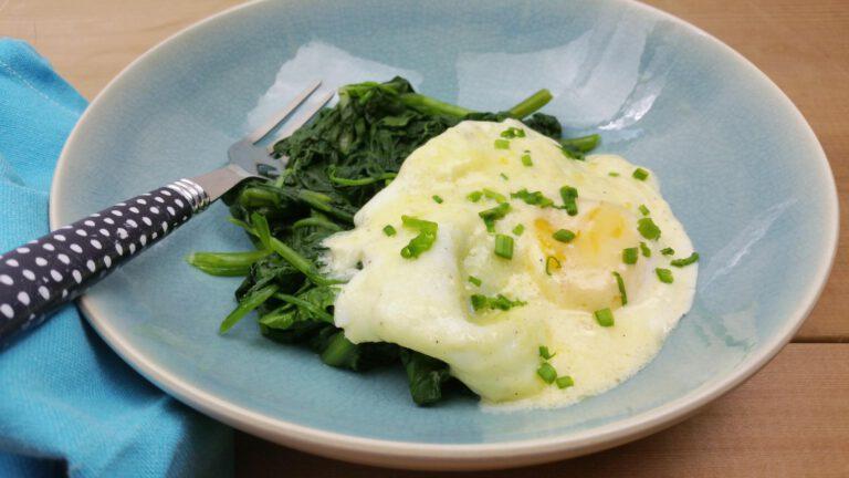 Thumbnail voor het recept: Gepocheerde eieren in boter-roomsaus-  lekker met spinazie of andijvie!