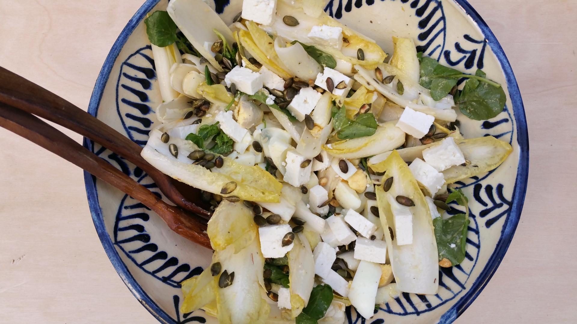 Uitgelichte foto voor het bericht Witlofsalade met ei en rucola