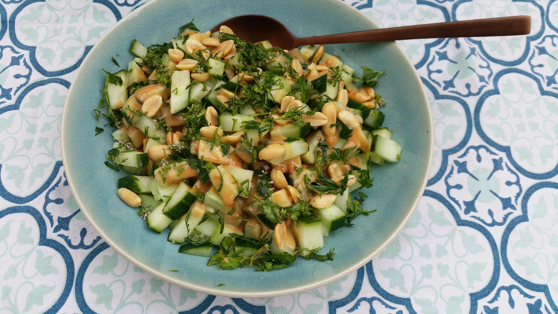 Uitgelichte foto voor het bericht Komkommer met pinda-koriander dressing