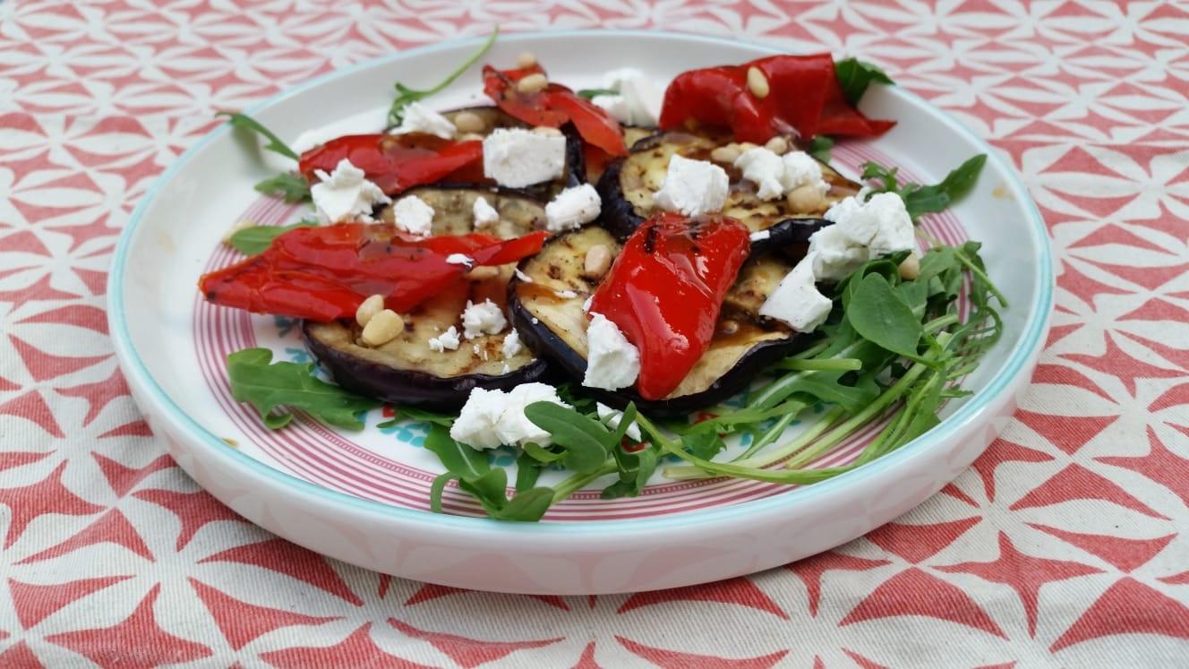 Uitgelichte foto voor het bericht Gegrilde aubergine en paprika met rucola en geitenkaas