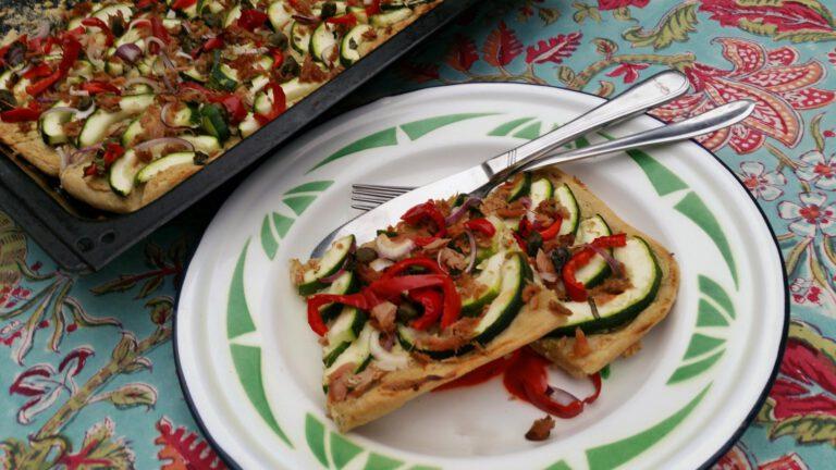 Thumbnail voor het recept: Plaattaart met courgette, paprika en tonijn