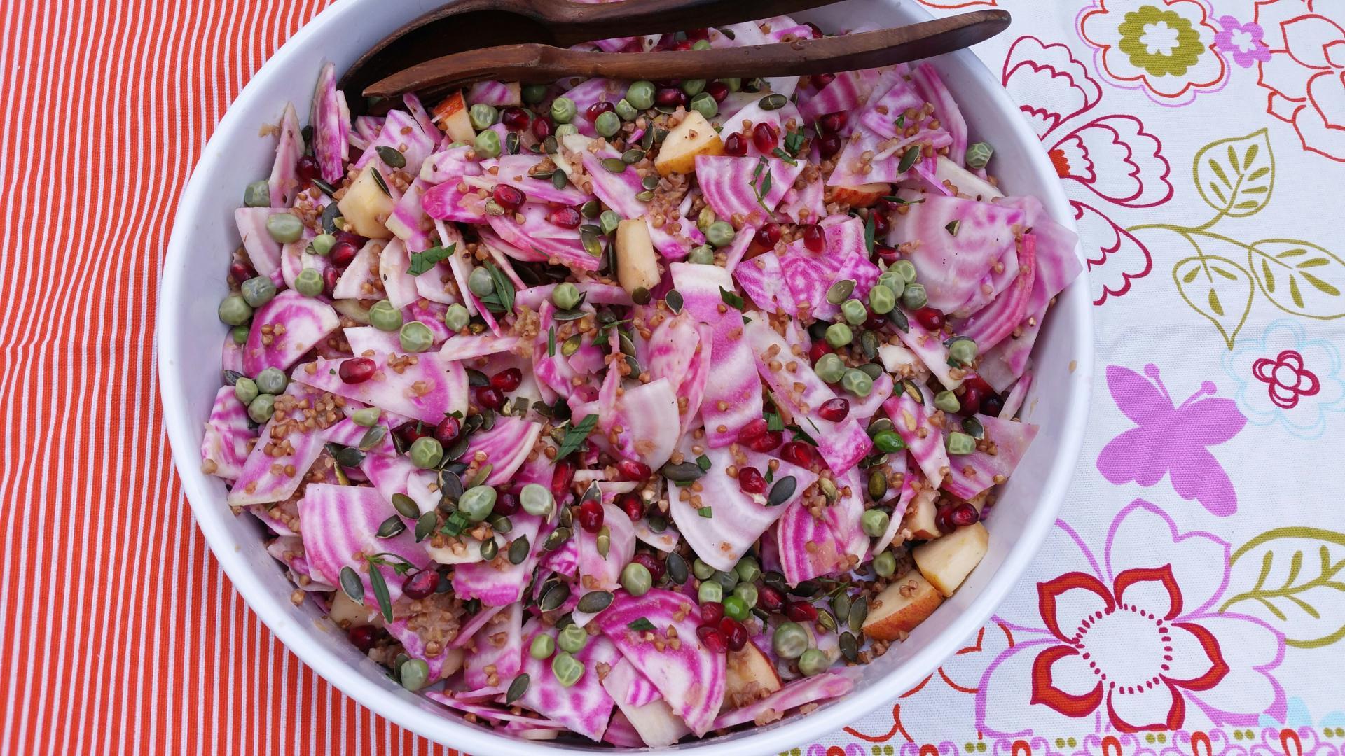 Uitgelichte foto voor het bericht Salade met biet, appel en gefrituurde boekweit