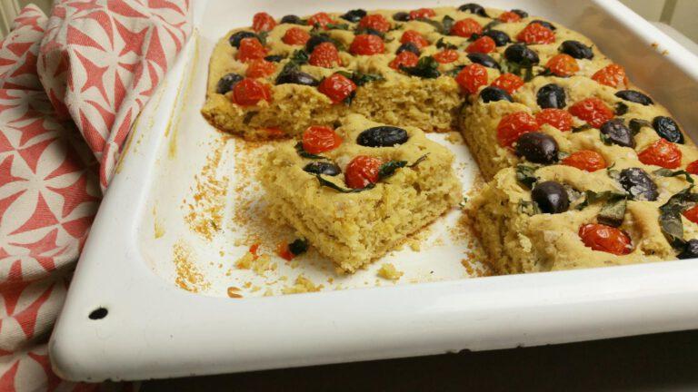 Thumbnail voor het recept: Glutenvrije focaccia met tomaatjes en basilicum