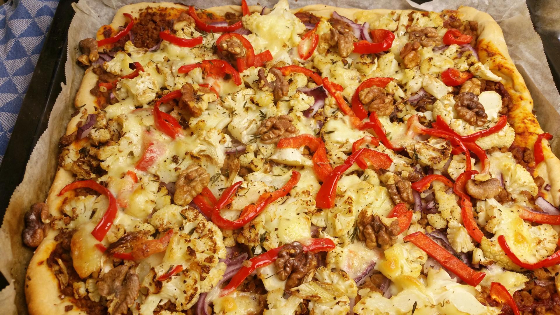 Uitgelichte foto voor het bericht Bloemkoolpizza met tijm, paprika en gehakt