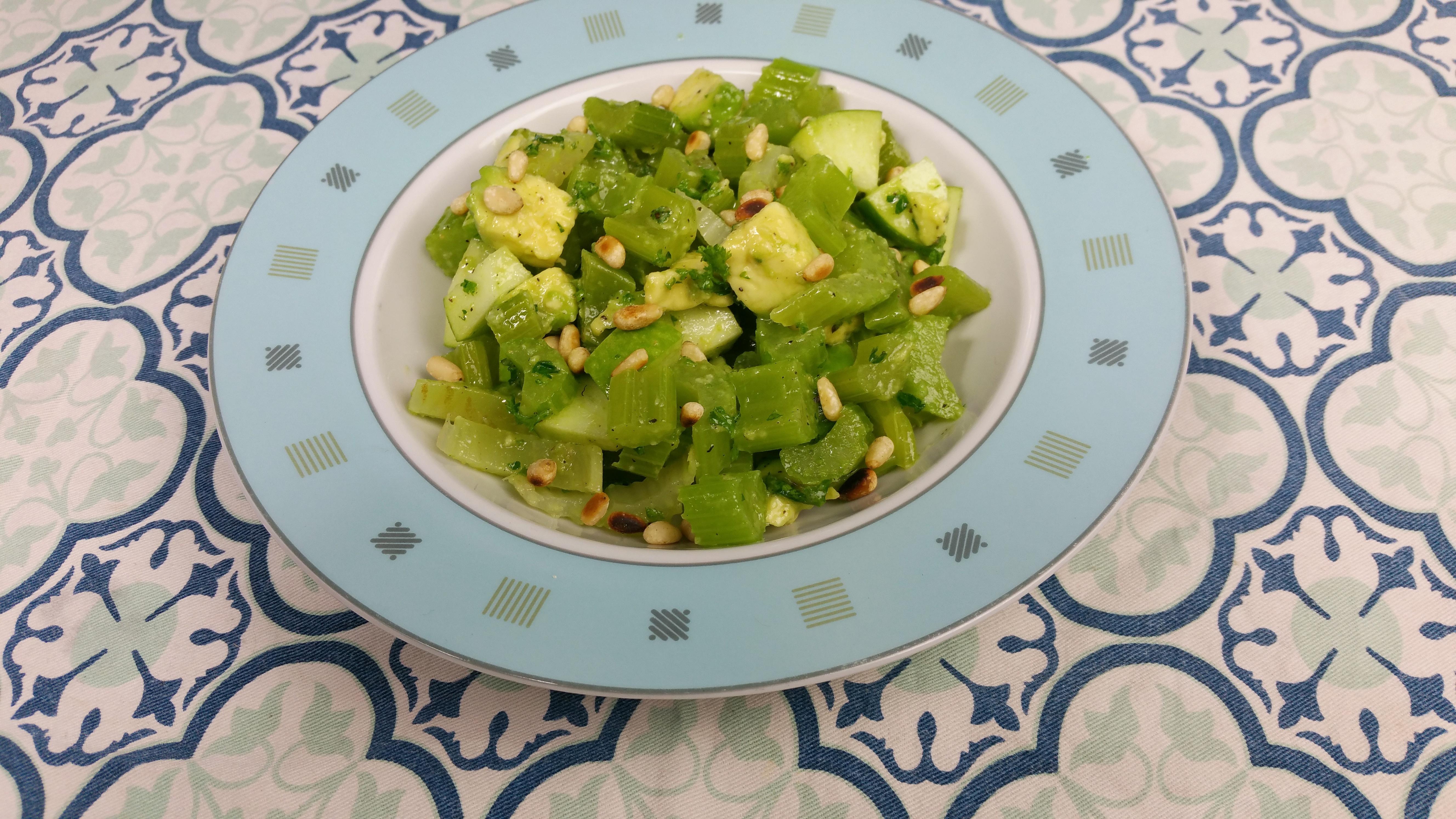 Bleekselderijsalade met avocado
