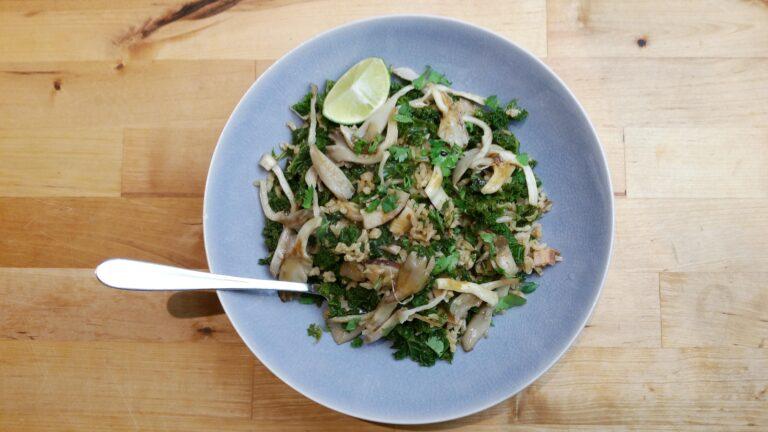 Thumbnail voor het recept: Kruidige boerenkool met paddenstoelen en rijst