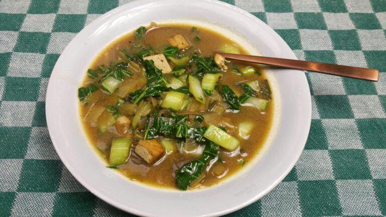 Thumbnail voor het recept: Paksoisoep met tofu en miso