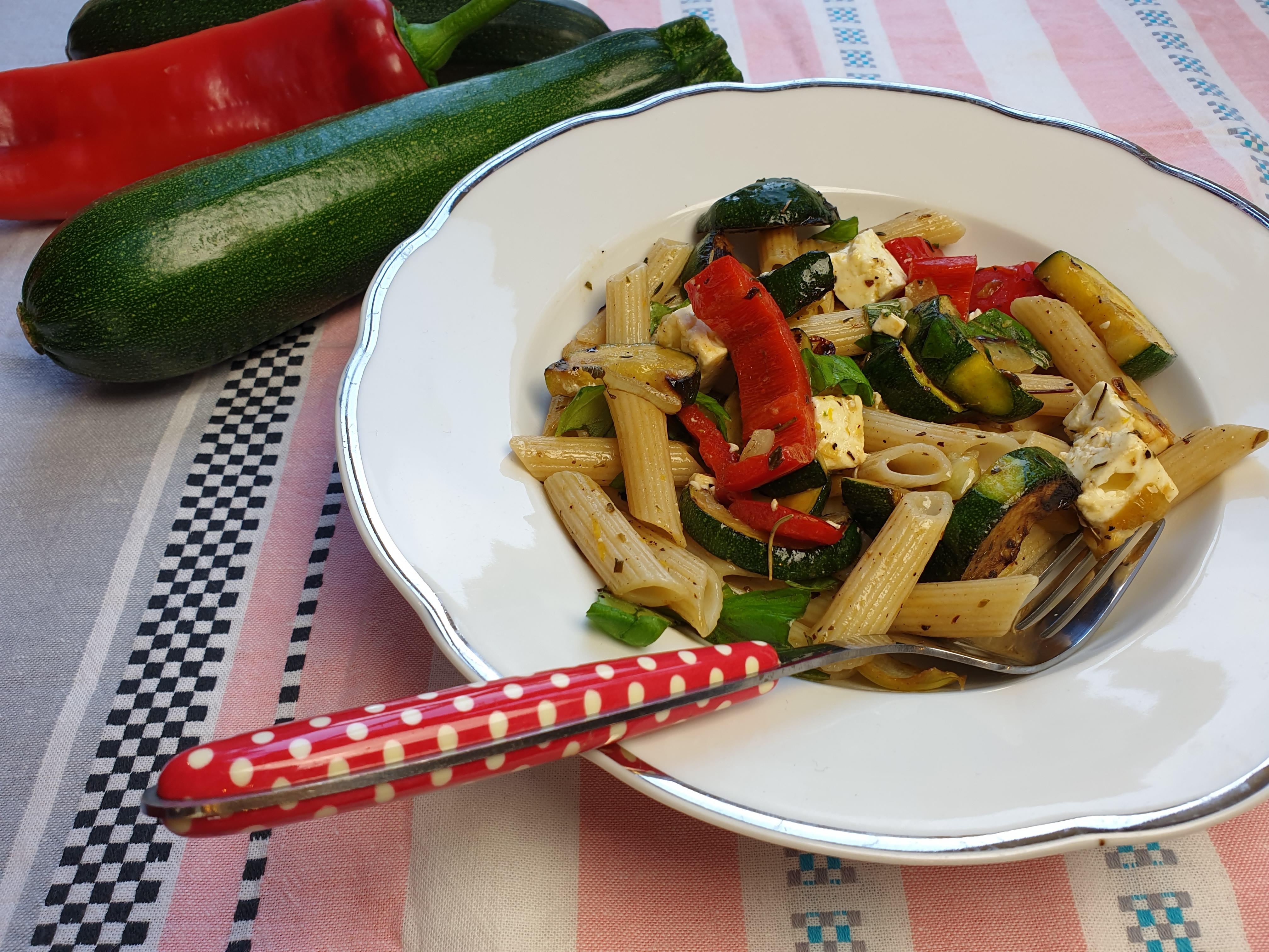 Uitgelichte foto voor het bericht Courgette met paprika, feta en pasta