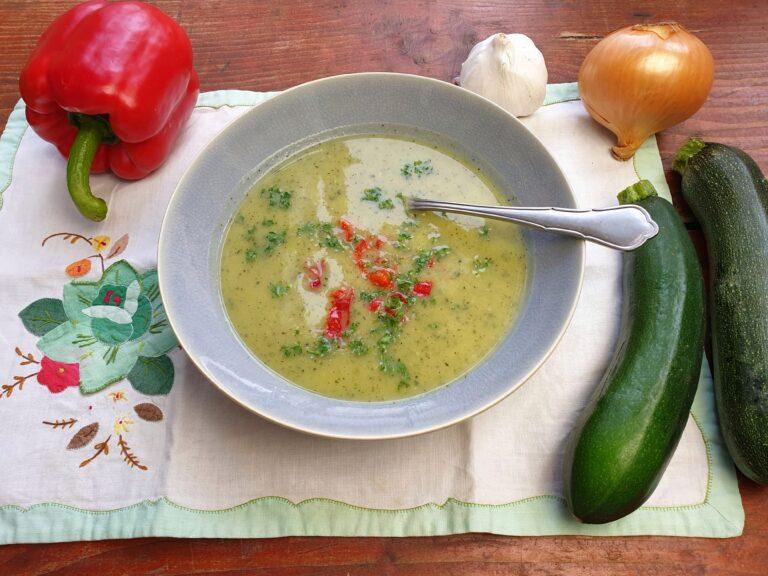 Thumbnail voor het recept: Courgettesoep met geroosterde paprika
