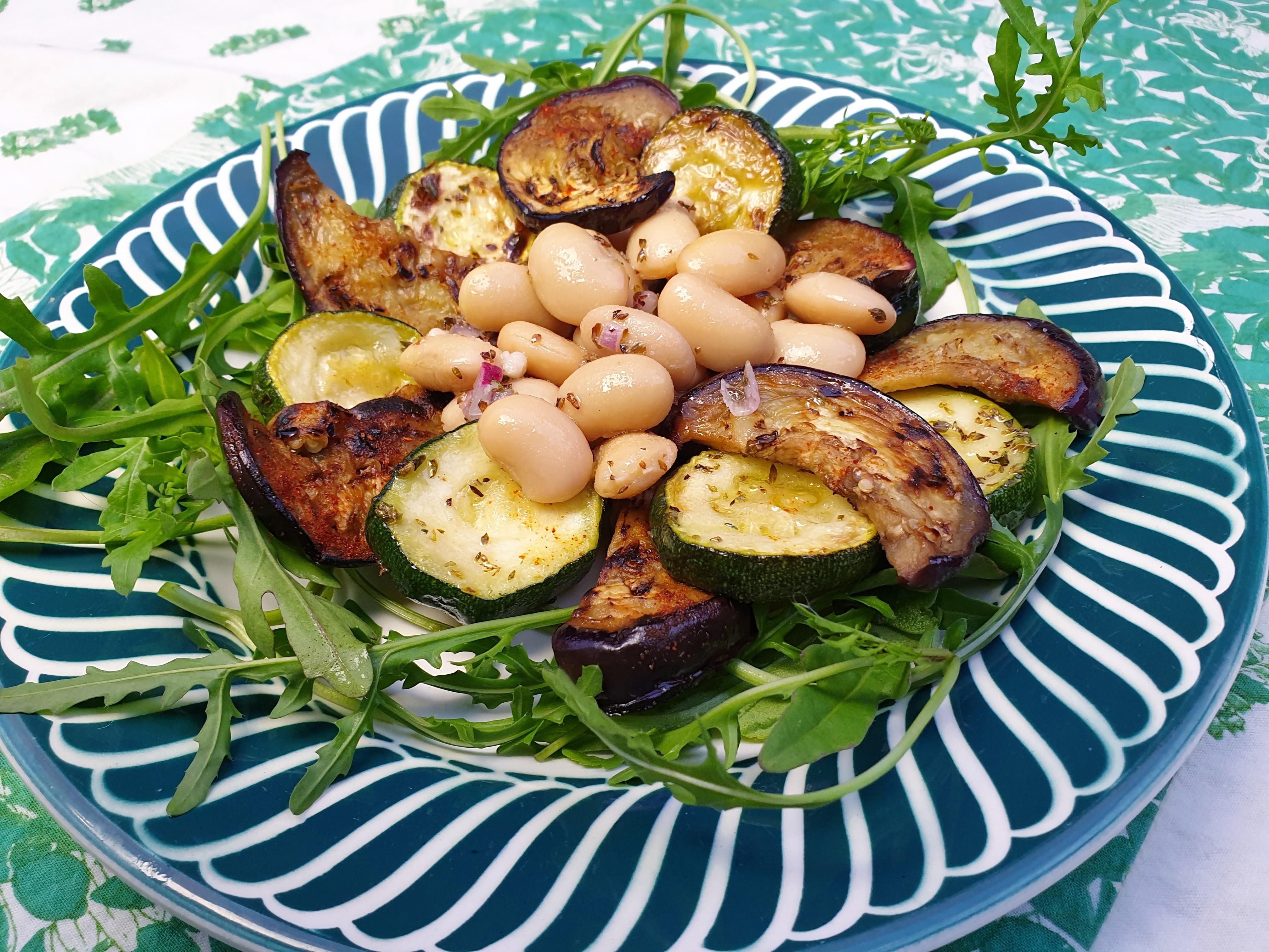 Uitgelichte foto voor het bericht Bonensalade met aubergine, courgette en rucola