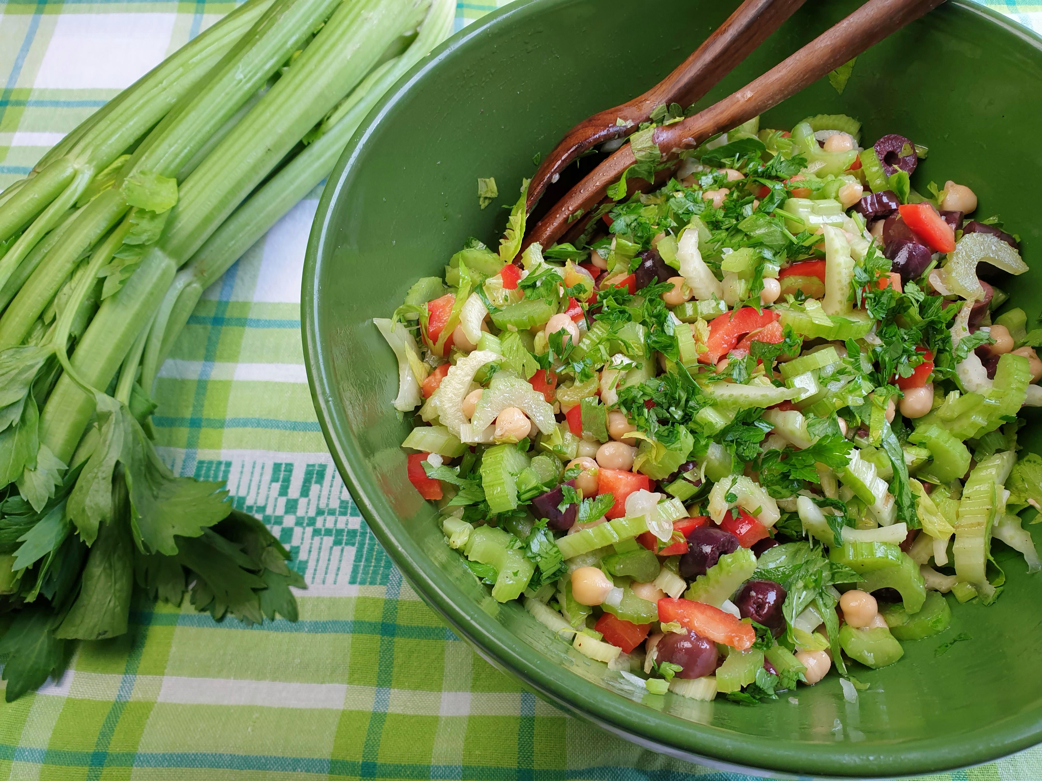 bleekselderijsalade met kikkererwten, paprika en olijven