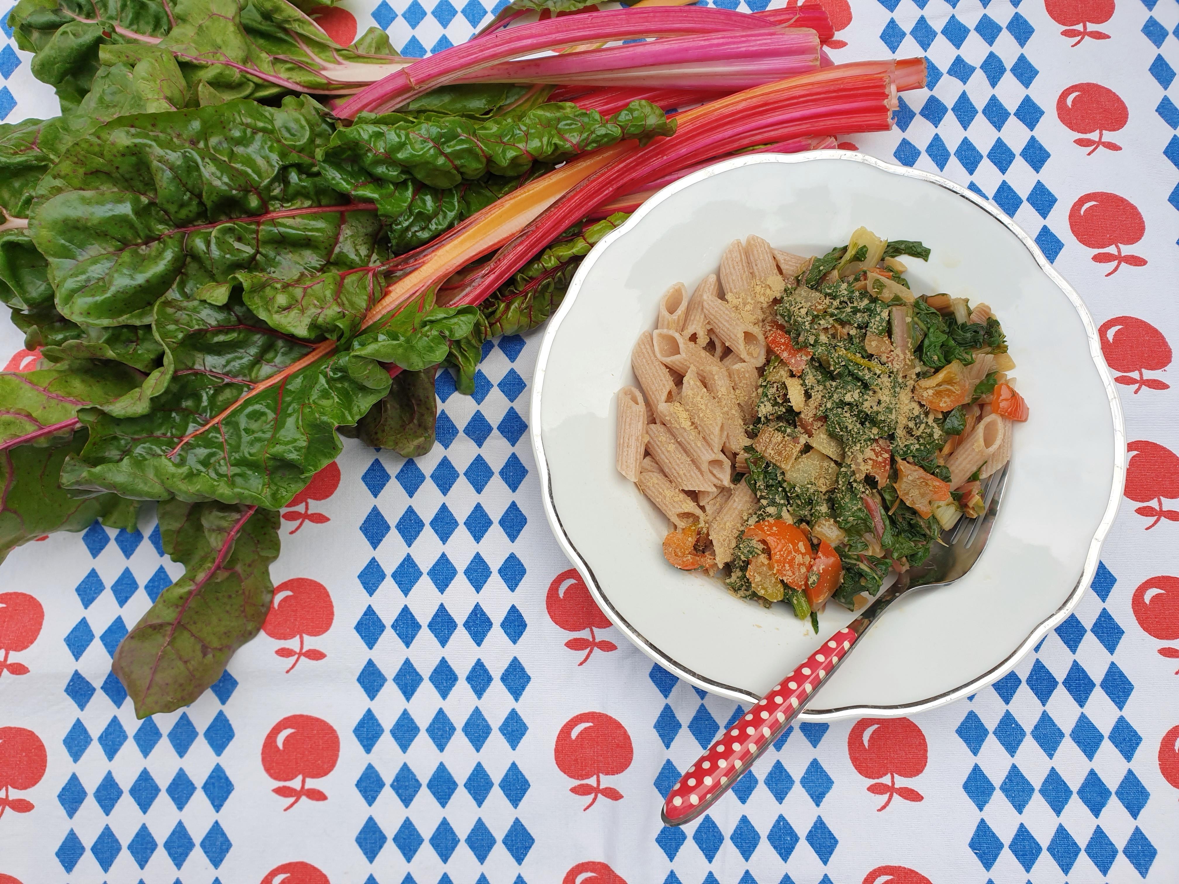 Uitgelichte foto voor het bericht Vegan romige pasta met snijbiet en paprika