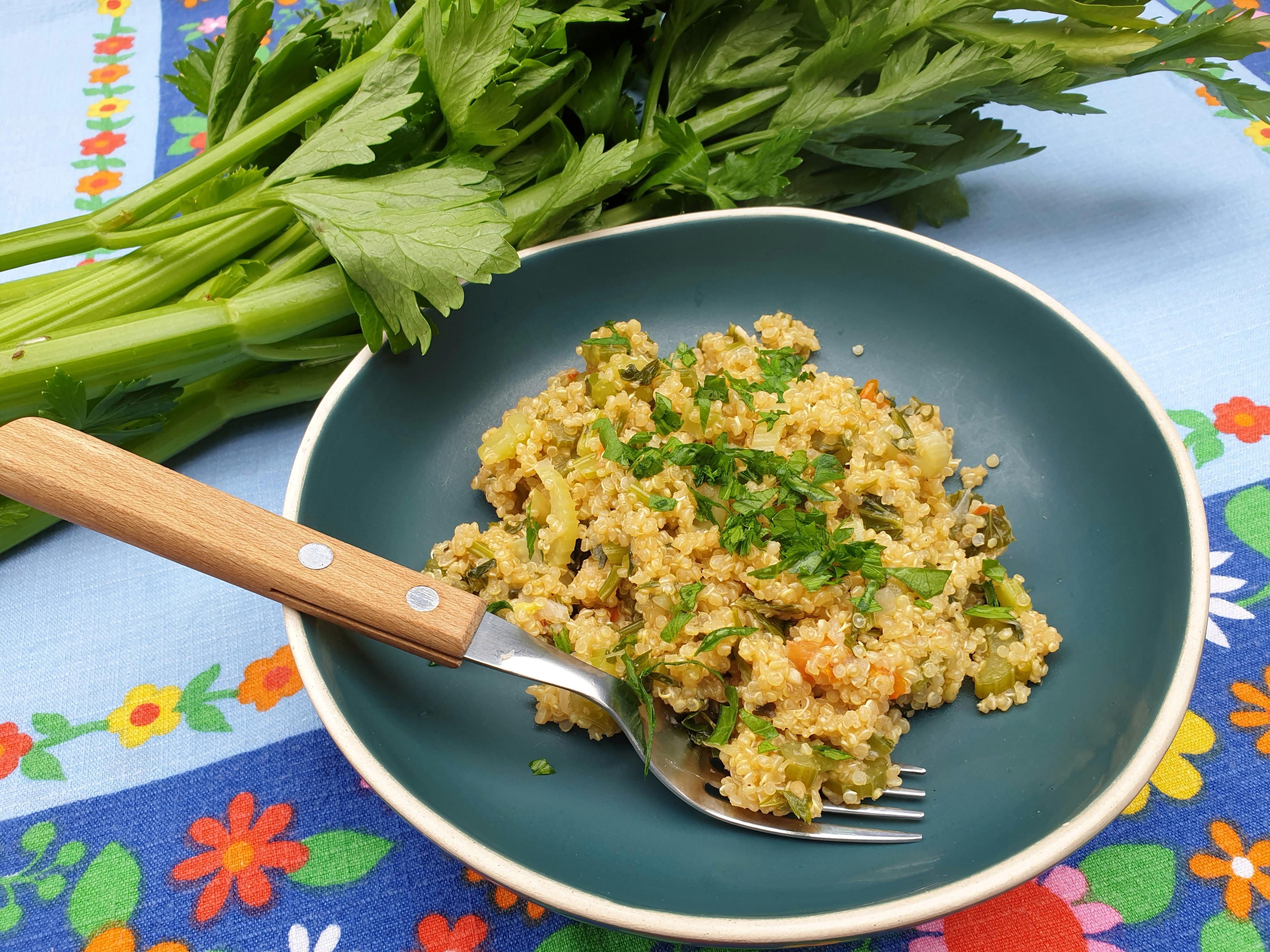 Uitgelichte foto voor het bericht Bleekselderij-quinoa risotto met tomaat