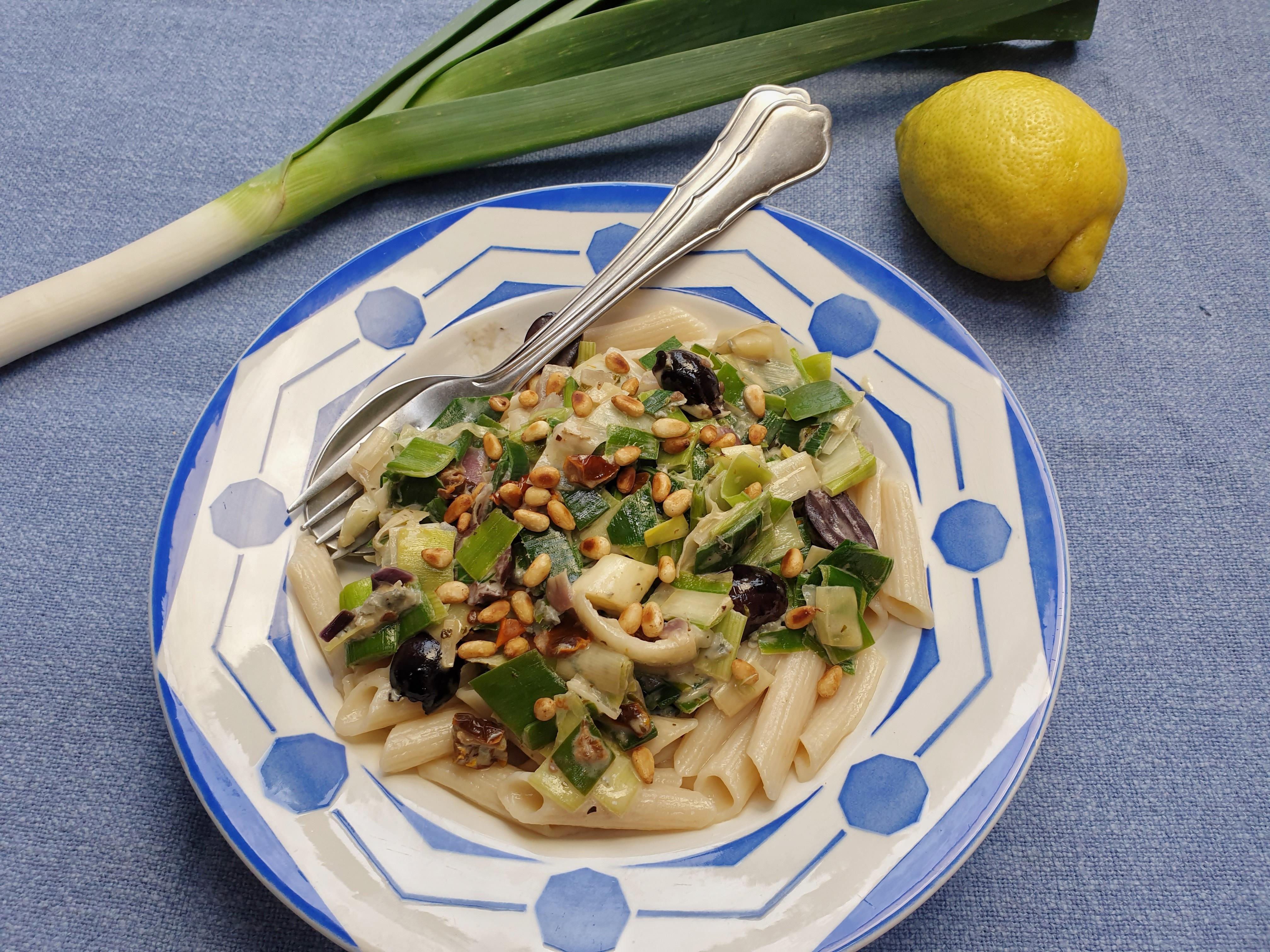 pasta met preisaus met blauwe kaas, olijven en pijnboompitjes
