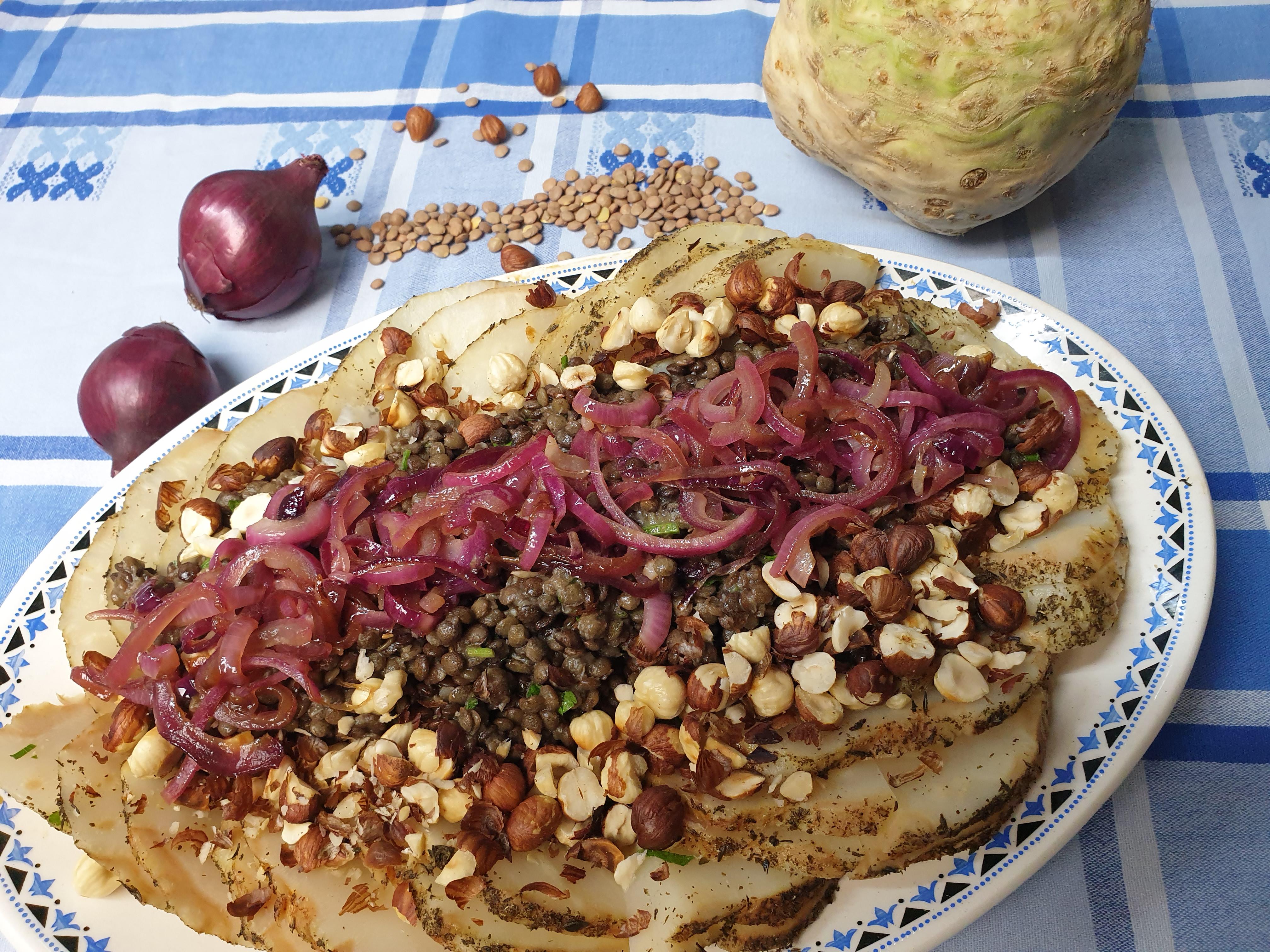 Uitgelichte foto voor het bericht Knolselderij met linzen, hazelnoot en rode ui