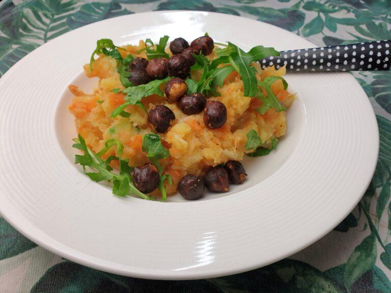 Thumbnail voor het recept: Hutspot met rucola en gekruide hazelnoten