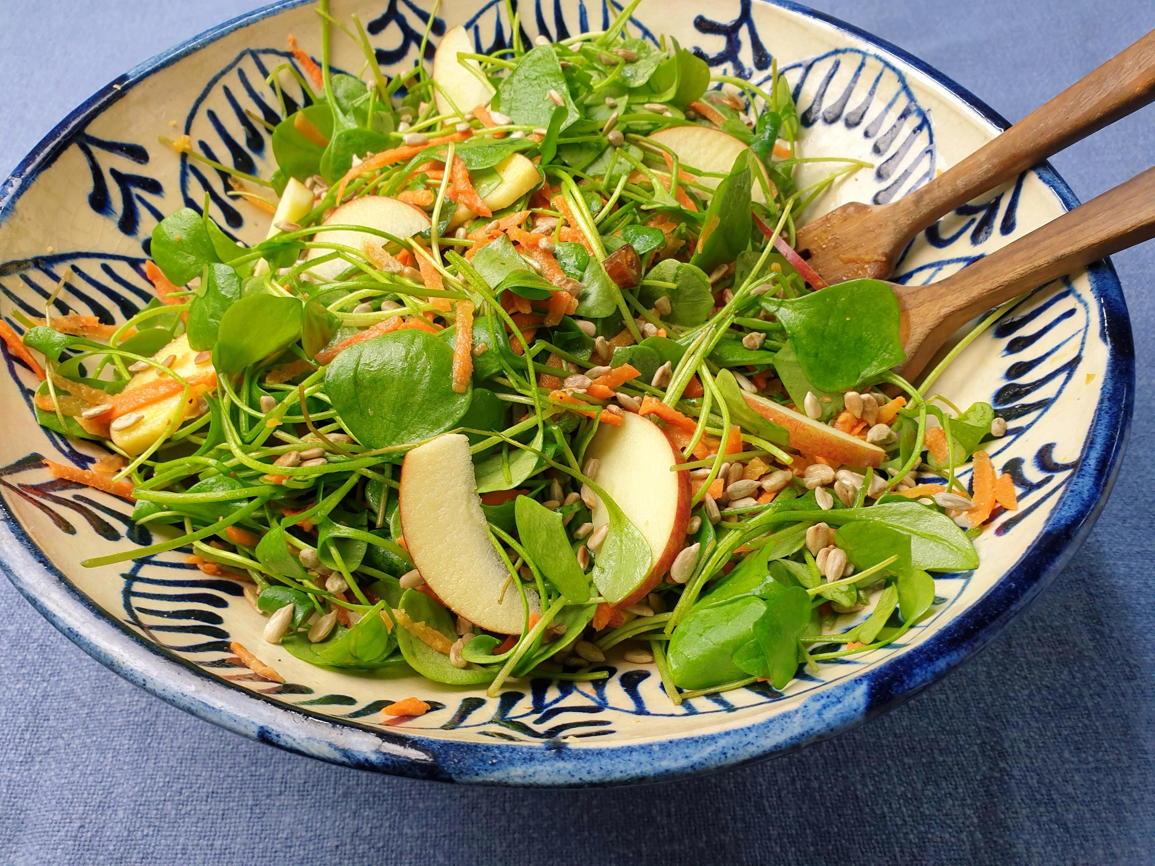 Uitgelichte foto voor het bericht Winterpostelein salade met wortel en dadels