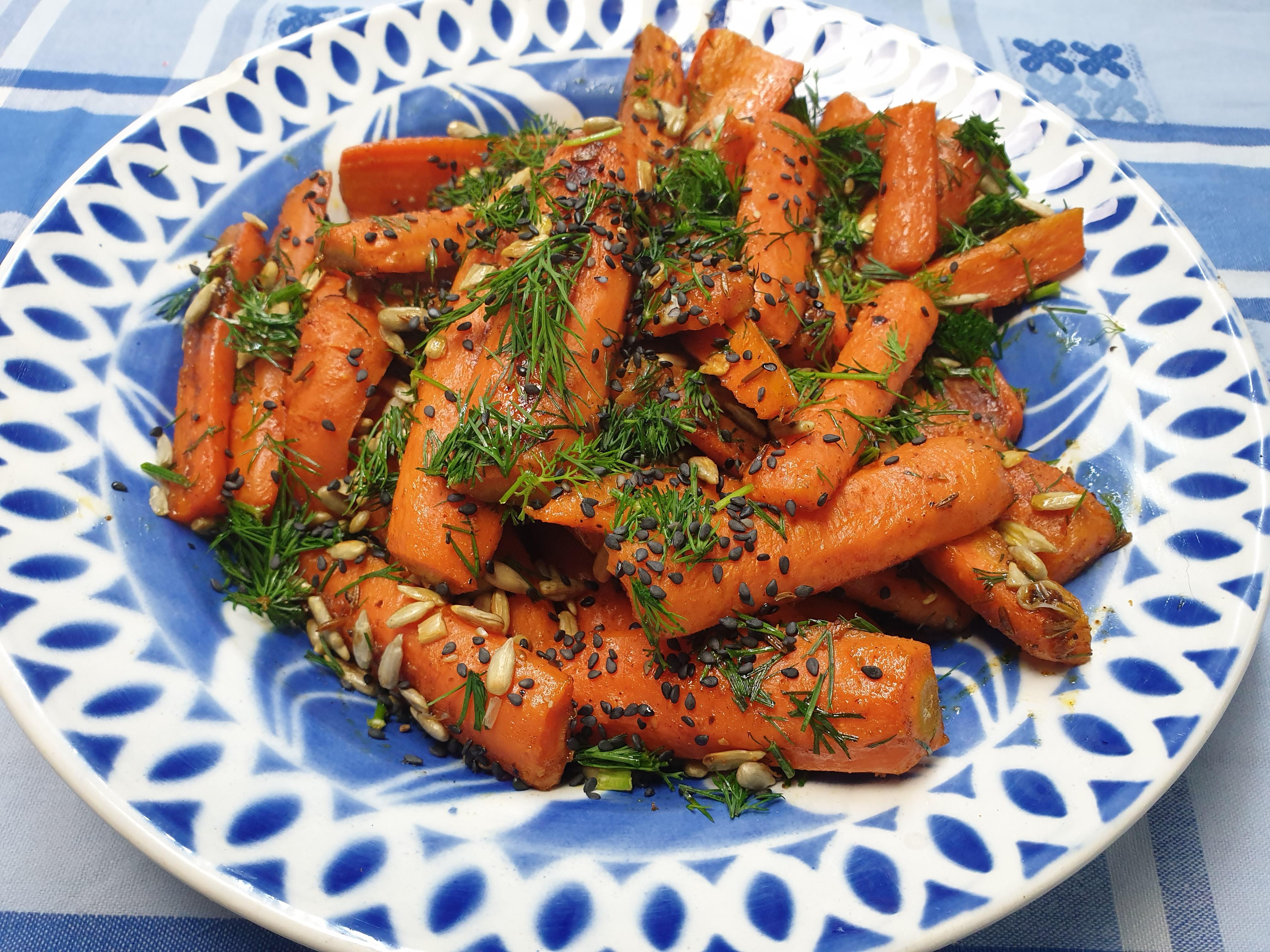 Kruidige wortels met dille en zonnebloempitjes