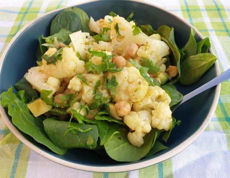 Thumbnail voor het recept: Salade met bloemkool, kikkererwten en avocado