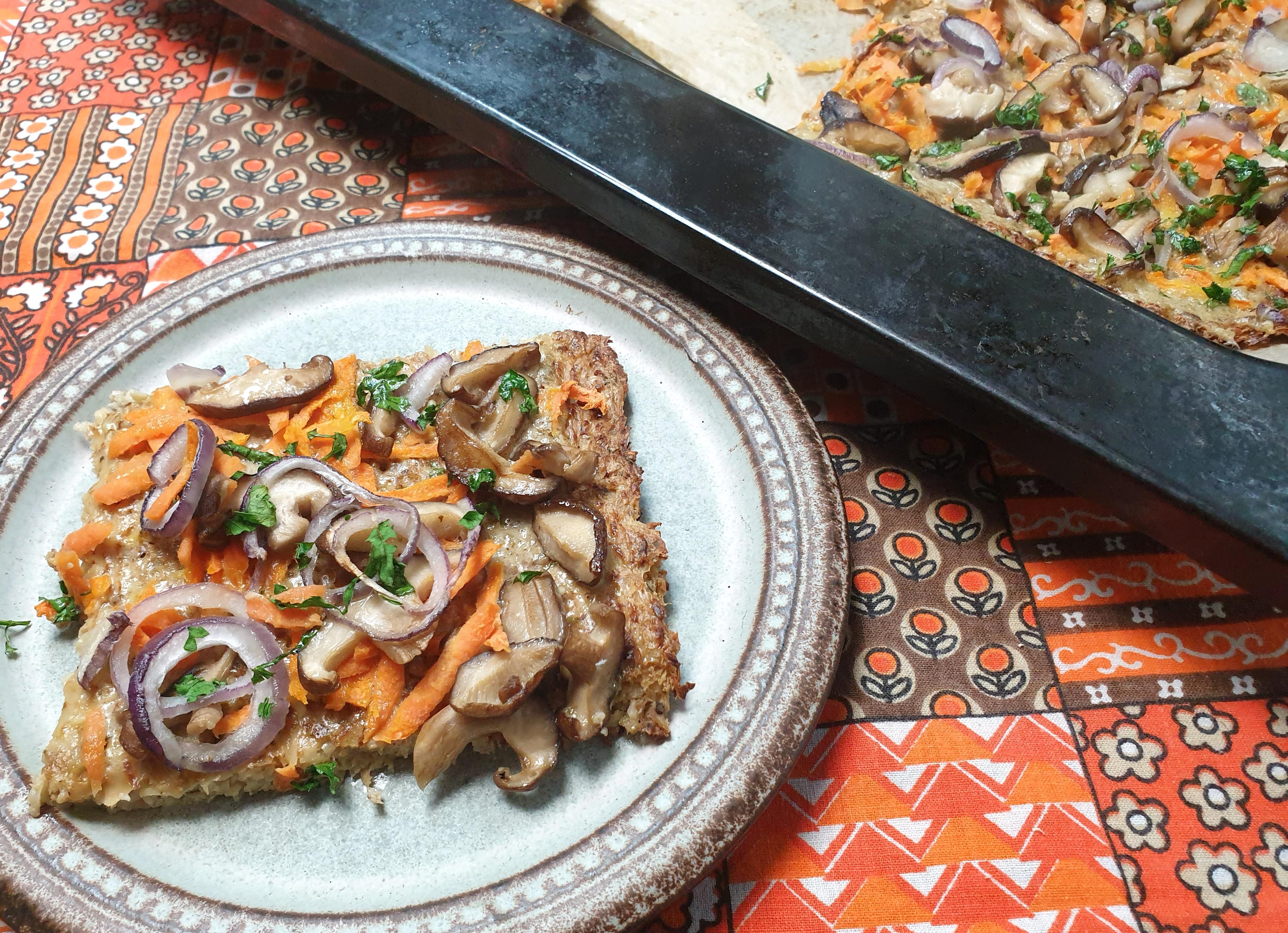 Uitgelichte foto voor het bericht Bloemkoolpizza met wortel en shiitake