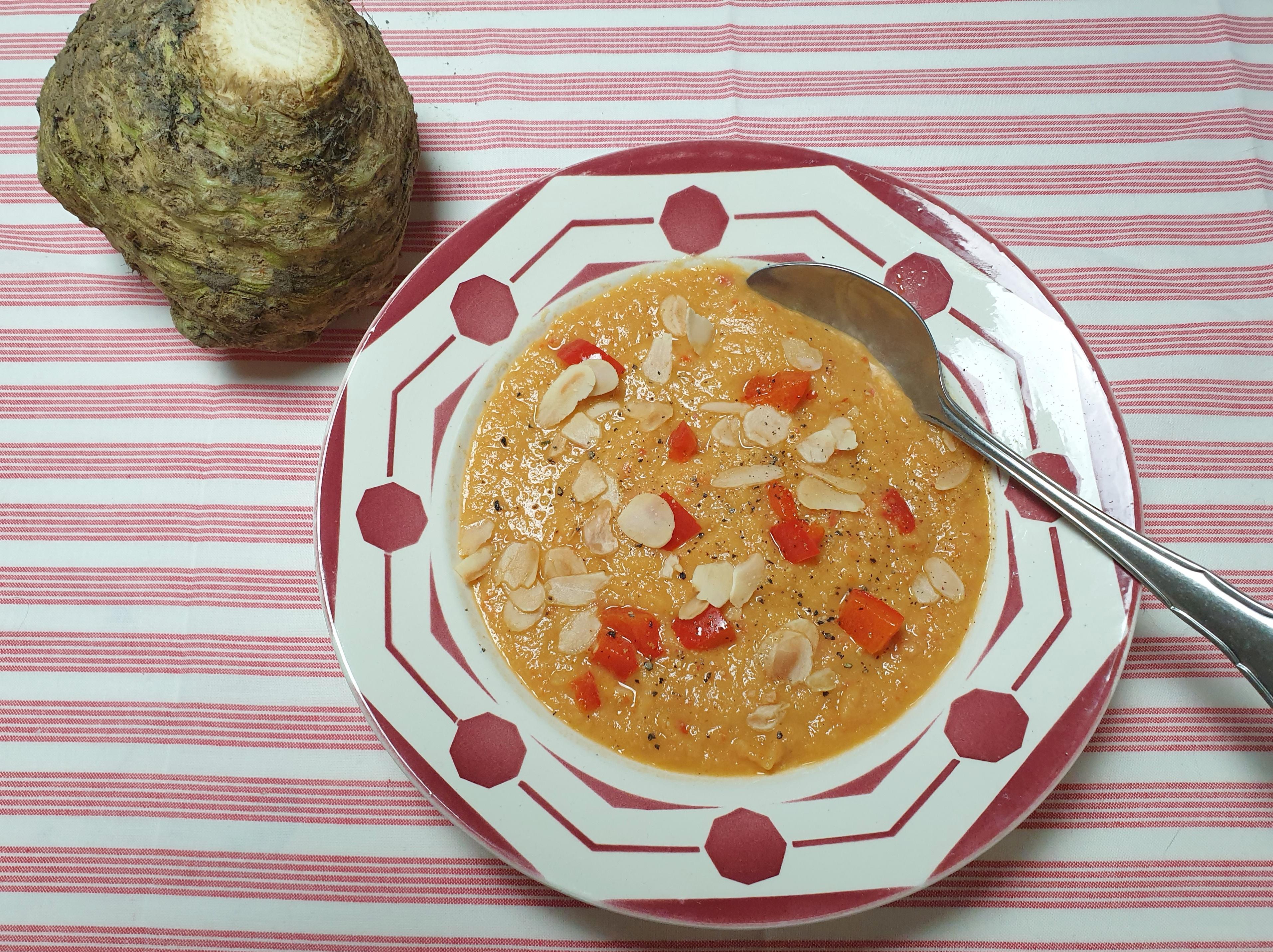 Uitgelichte foto voor het bericht Knolselderijsoep met paprika