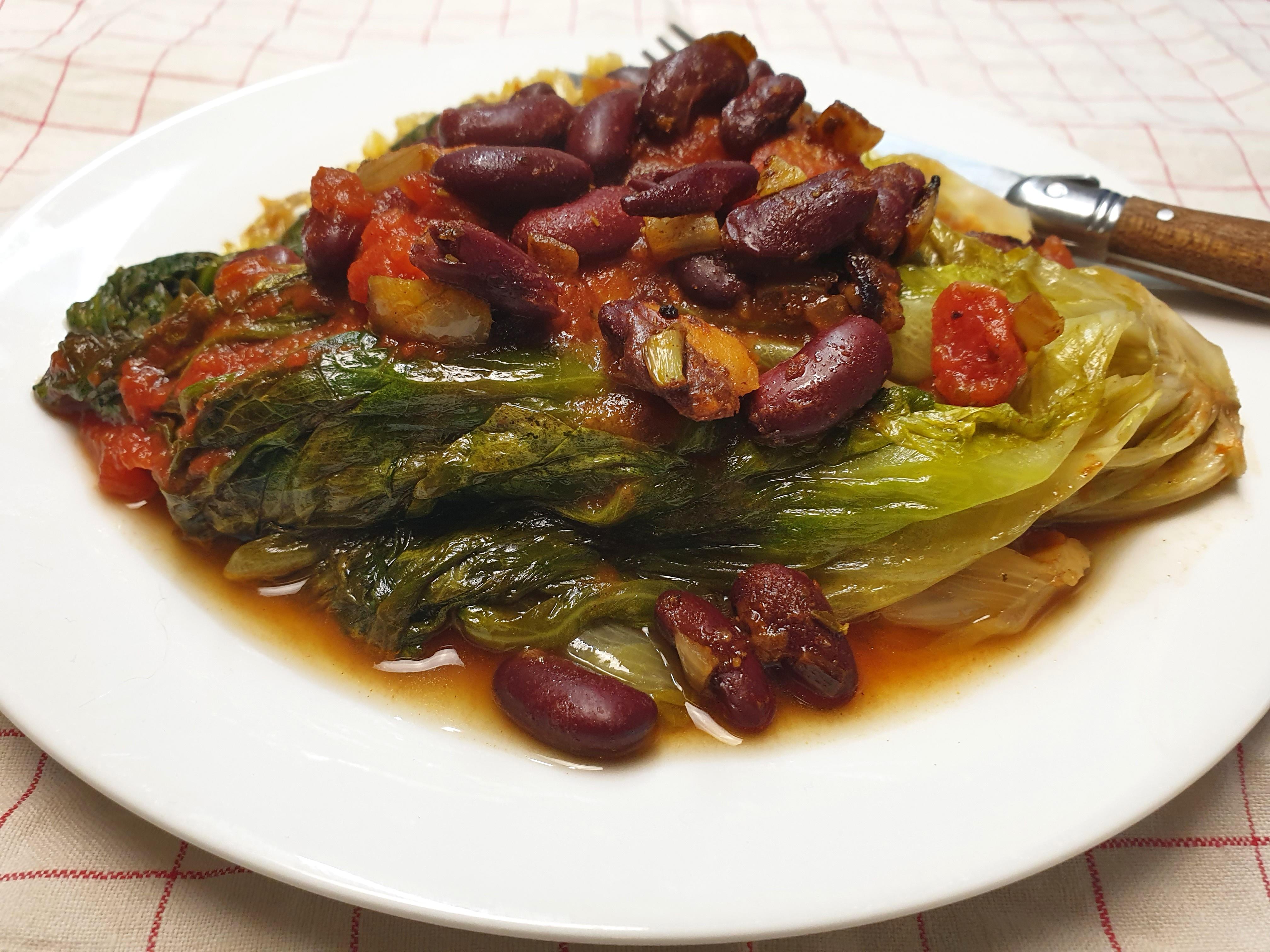 Uitgelichte foto voor het bericht Gestoofde andijvie met tomaat en kidneybonen