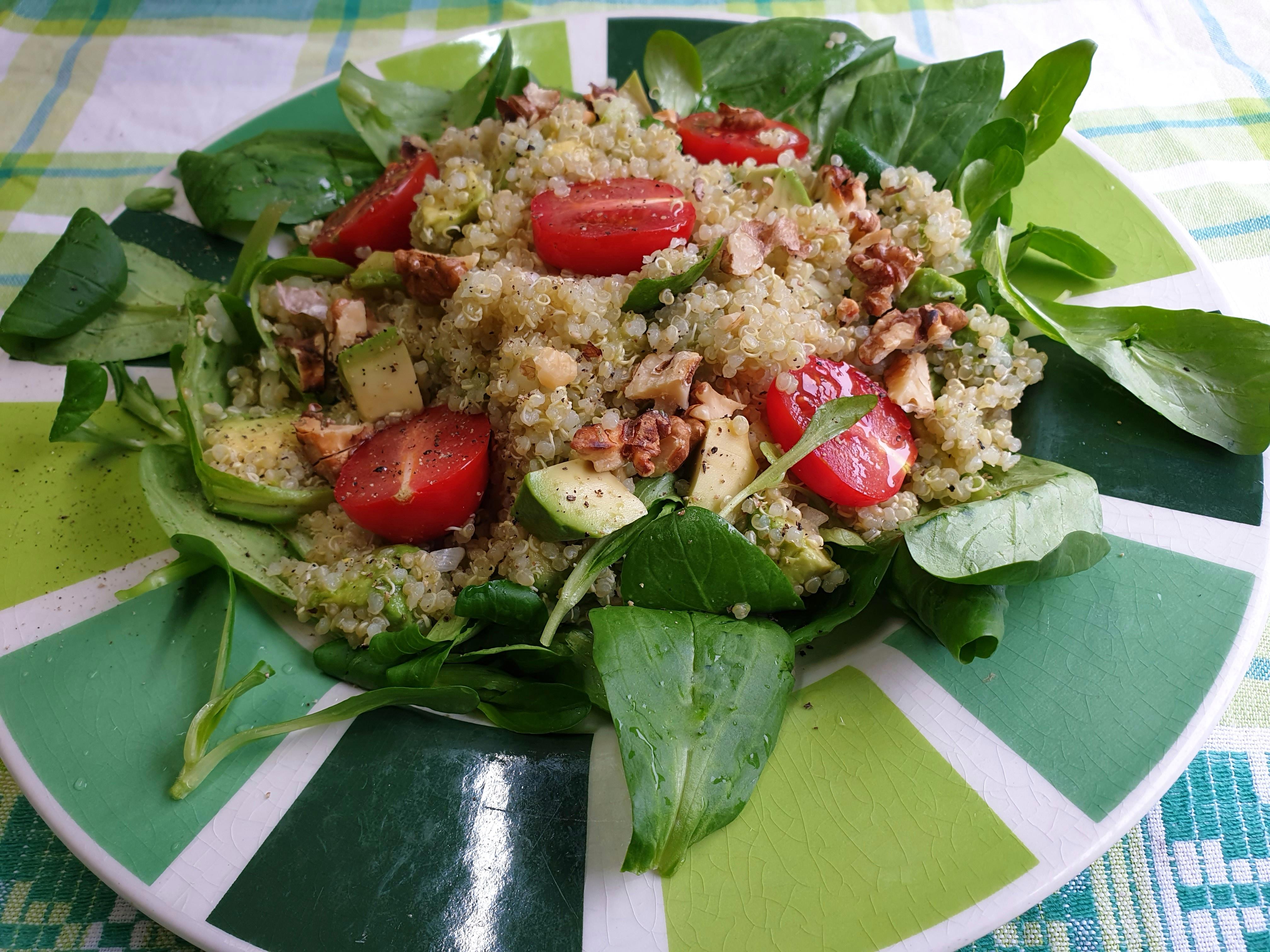Uitgelichte foto voor het bericht Blaadjes-salade met avocado en quinoa