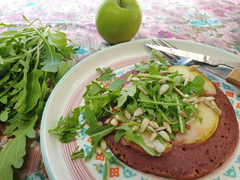 Thumbnail voor het recept: Rode bietenpannenkoek met rucola en appel