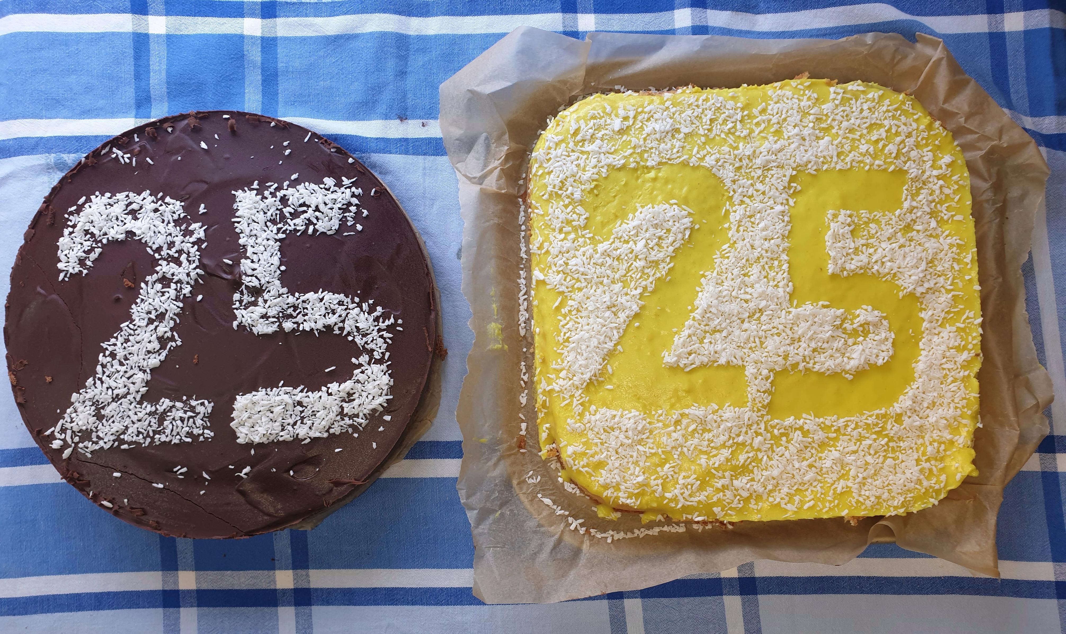 twee taarten met 25 erop