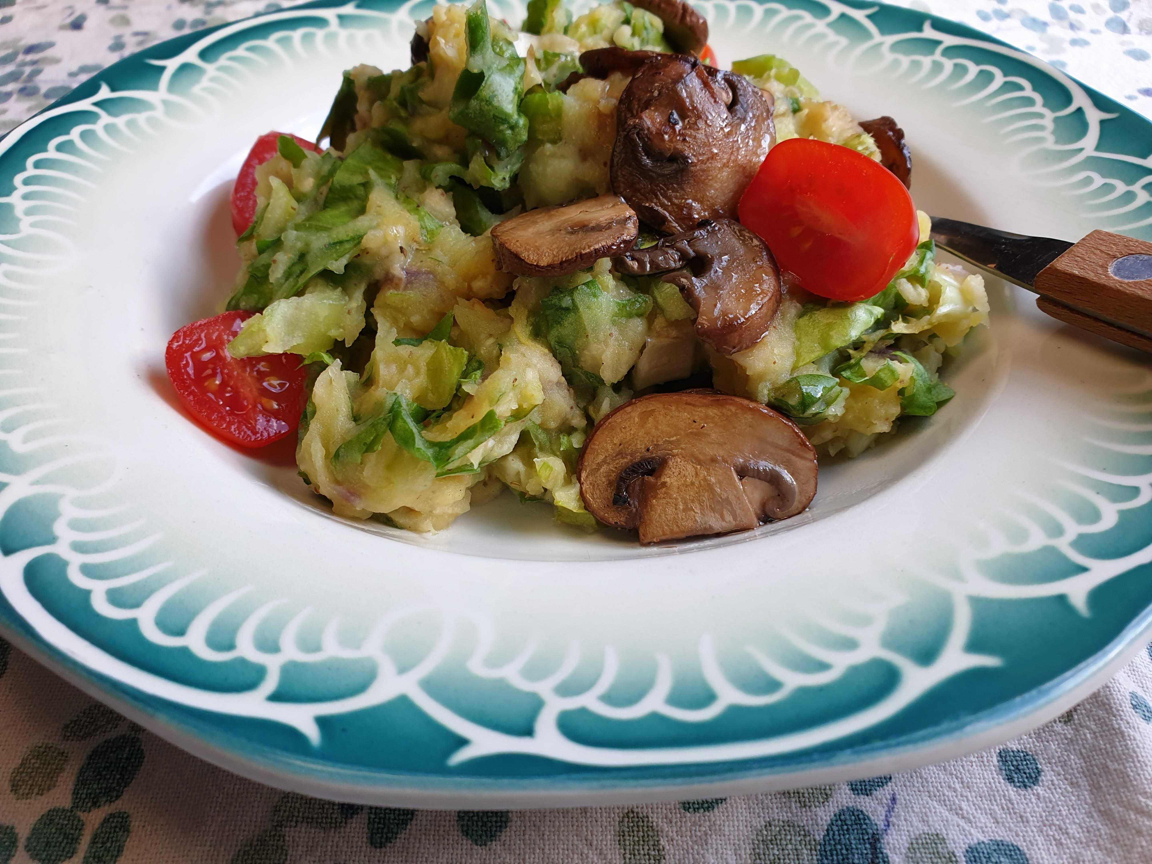 vegan stamppot andijvie met gebakken champignons en tomaatjes